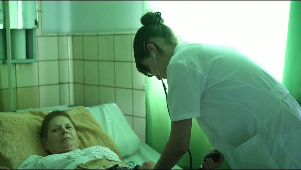 Enfermera atiende a paciente
