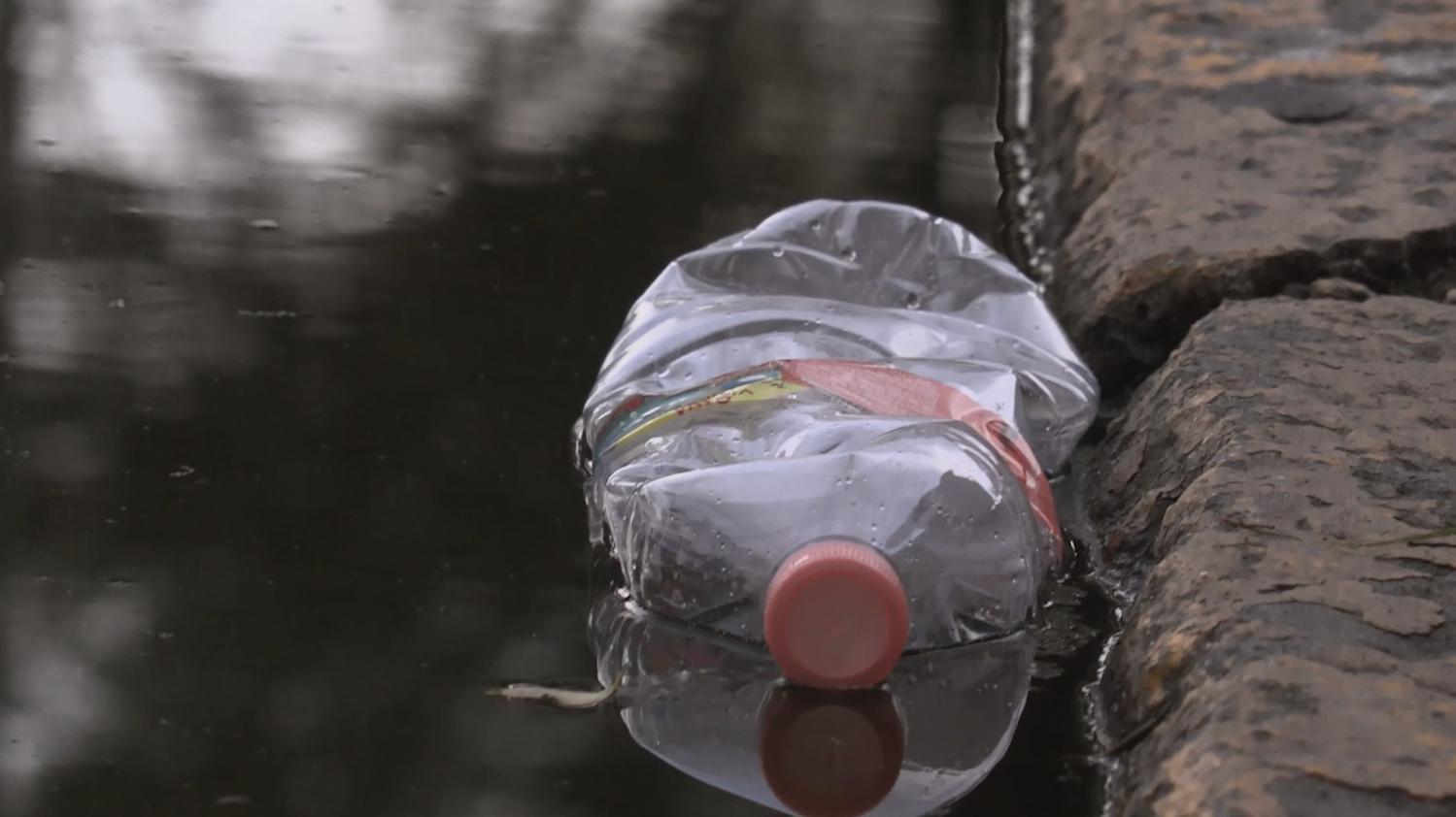 Botella de agua en calle
